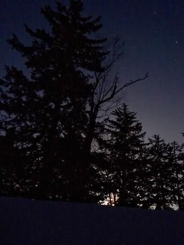 雪洞から見上げる夜空