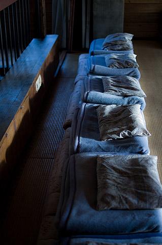 布団をきれいにたたみ、静かにストレッチを始め、朝食の合図とともに動けるように