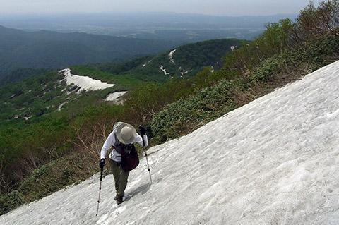 慎重に雪渓を歩く