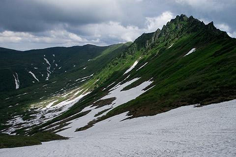ニセイカウシュッペ山の東に聳える岩山