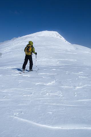 白樺山山頂直前。白磁のような雪面。もう進めない。