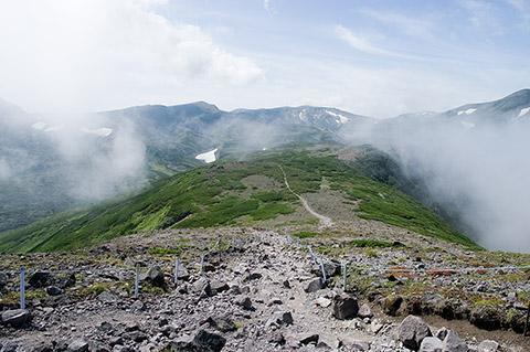 黒岳山頂まで来て、やっと大雪の山々にご対面です。