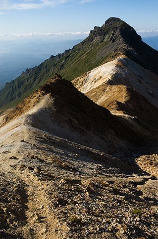 斜面を下ると踏み跡があらわれ、行く手には愛別岳の凛々しいお姿が。