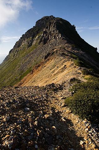 くぅ~、しびれますなぁ。愛別岳の頂上部は完全に岩です。