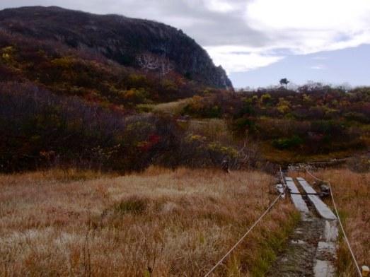 栗駒山の終わりかけの紅葉を歩く